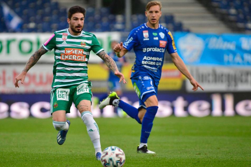 Tipico-Bundesliga: Der Wiener Taxiarchis Fountas (24) am Ball, im Hintergrund Michael Huber vom TSV Hartberg.