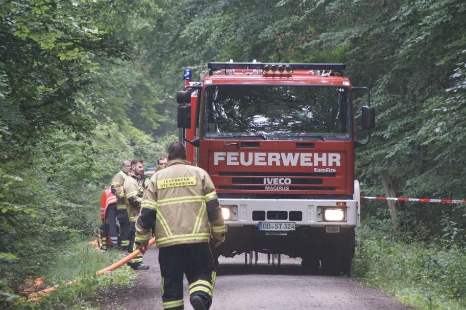 Einsatzkräfte der Feuerwehr gehen zur Unglücksstelle.