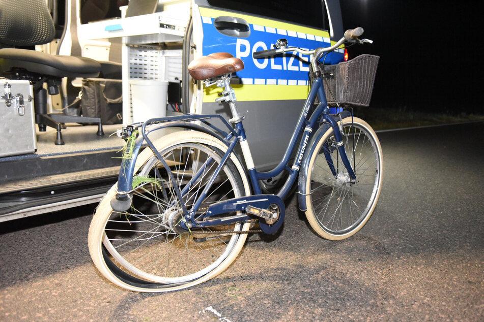 Das zerbeulte Fahrrad der Frau ist vom Unfall gezeichnet.