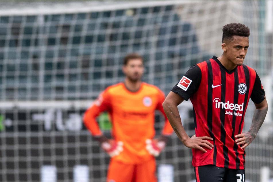 Kevin Trapp (l.) und Tuta sind nach der klaren Niederlage in Mönchengladbach schwer enttäuscht.
