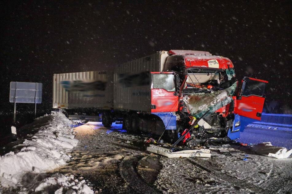 Lkw kracht ungebremst in Stauende auf A4: Fahrer stirbt noch vor Ort