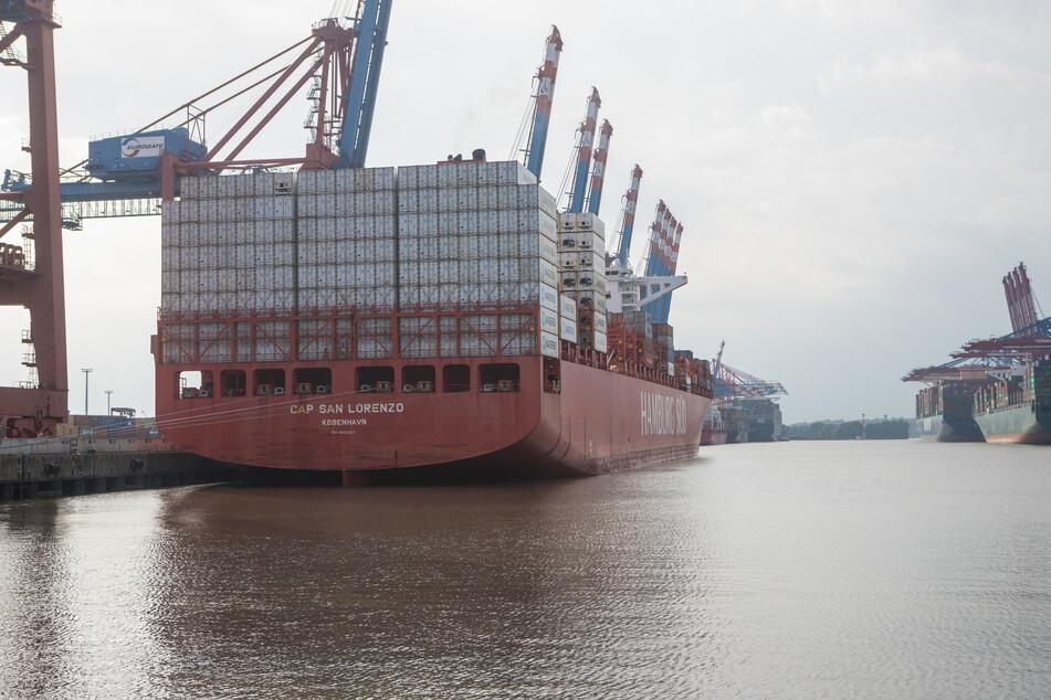 Das Containerschiff liegt noch im Hamburger Hafen.