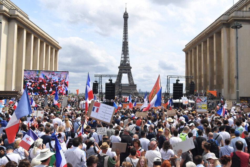 Demonstranten nehmen auf der «Droits de l'homme»-Esplanade am Trocadero-Platz an einem Protest gegen die Impfpflicht für bestimmte Arbeitszweige und den von der Regierung geforderten obligatorischen Impfass teil.