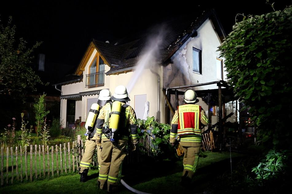 70 Einsatzkräfte waren in der Nacht vor Ort, um die Flammen, die auch auf das Haus übergegriffen hatten, zu löschen.