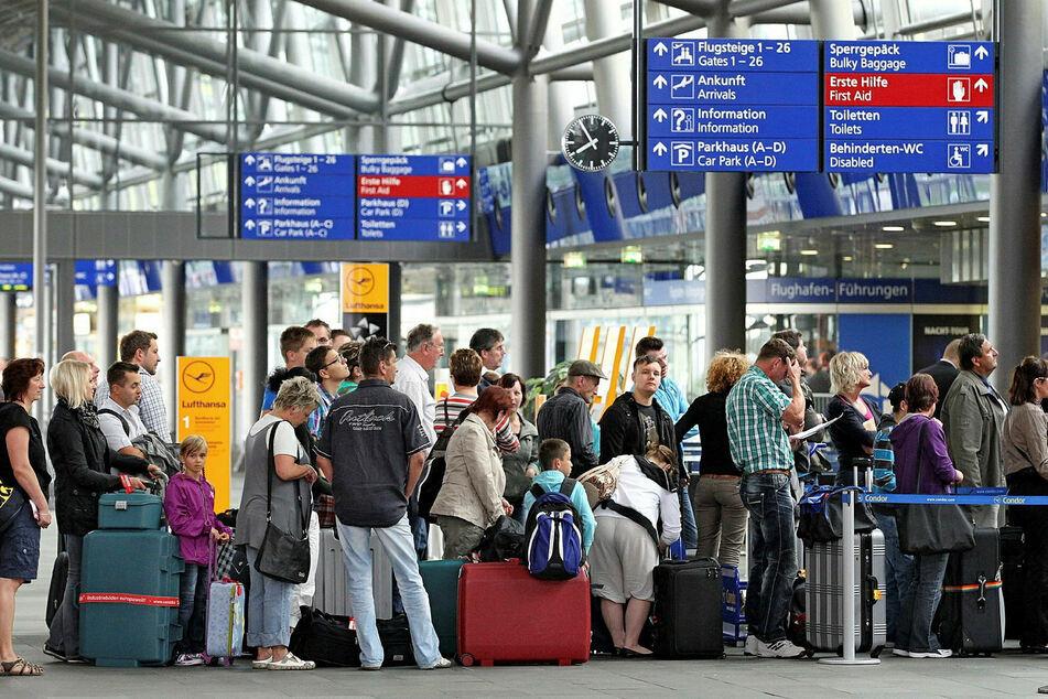 Das Auswärtige Amt schätzt, dass sich noch über 100.000 Deutsche im Auslandsurlaub befinden.