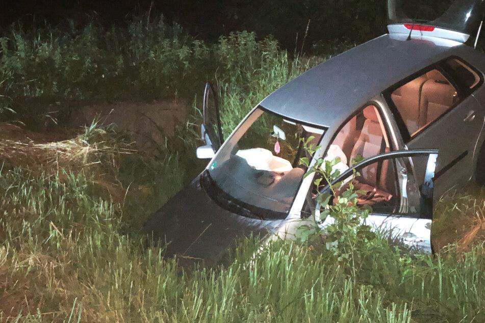 Der Wagen musste vom Abschleppdienst aus dem Graben befreit werden.
