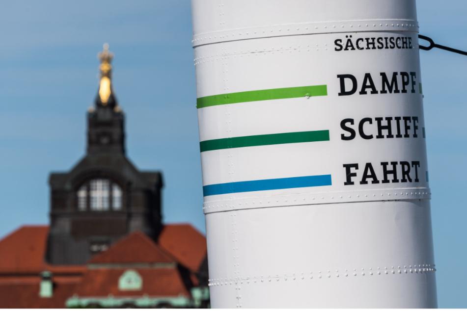 """Der Schornstein des Schaufelraddampfers """"Dresden"""" ist vor der Kuppel der sächsischen Staatskanzlei zu sehen."""