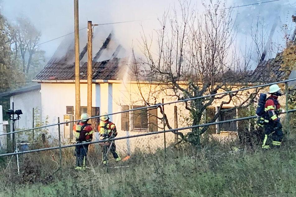 Ferienhaus steht lichterloh in Flammen: Feuerwehr findet männliche Leiche