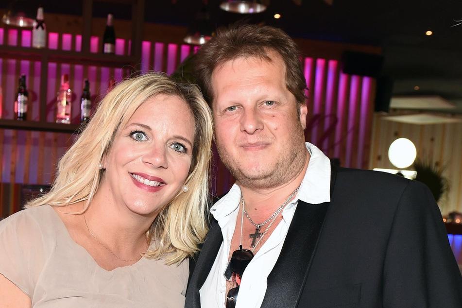 Danni Büchner und ihr mittlerweile verstorbener Ehemann Jens Büchner bei dem Saison-Opening im Megapark auf Mallorca 2018. (Foto: Jens Kalaene/dpa-Zentralbild/dpa)