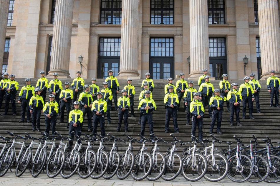 Mitglieder der Fahrradstaffel der Polizei stehen bei einem Pressetermin auf den Stufen des Konzerthauses am Gendarmenmarkt. Bis 2023 sollen insgesamt 160 Polizisten auf Mountainbikes Verkehrssünder auf Berlins Straßen jagen und ermahnen.