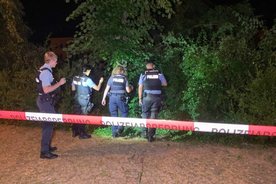 Polizeibeamte durchsuchen die Umgebung des Universitätsplatzes. Kurz nach der Tat konnte der mutmaßliche Täter gefunden werden.