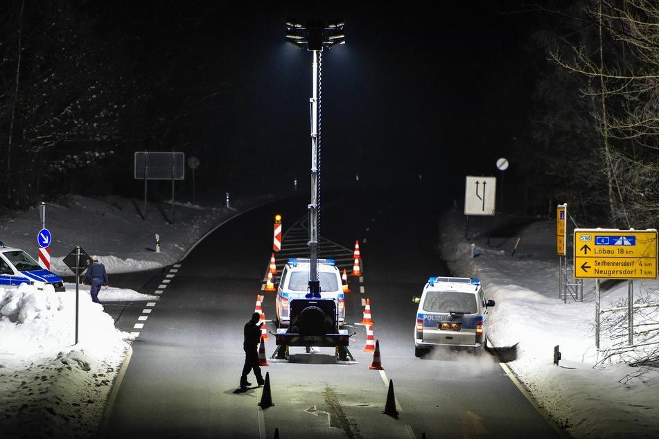 Die Polizei steht an der deutsch-tschechischen Grenze und kontrolliert Autofahrer.