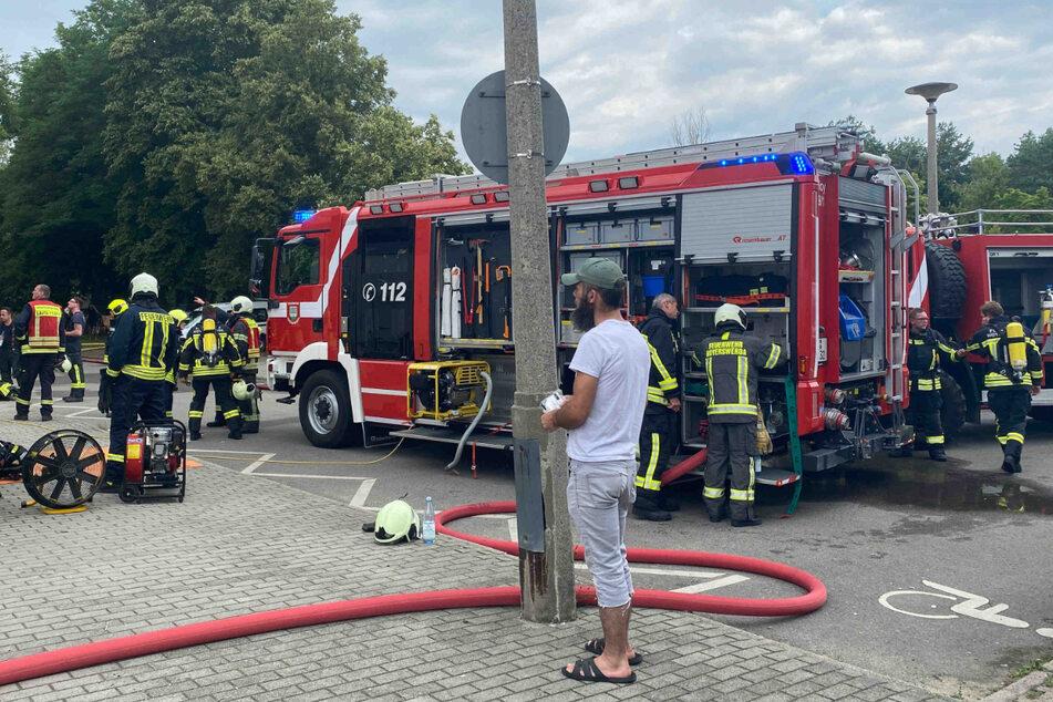 Mehrere Fahrzeuge der Feuerwehr sind im Einsatz.