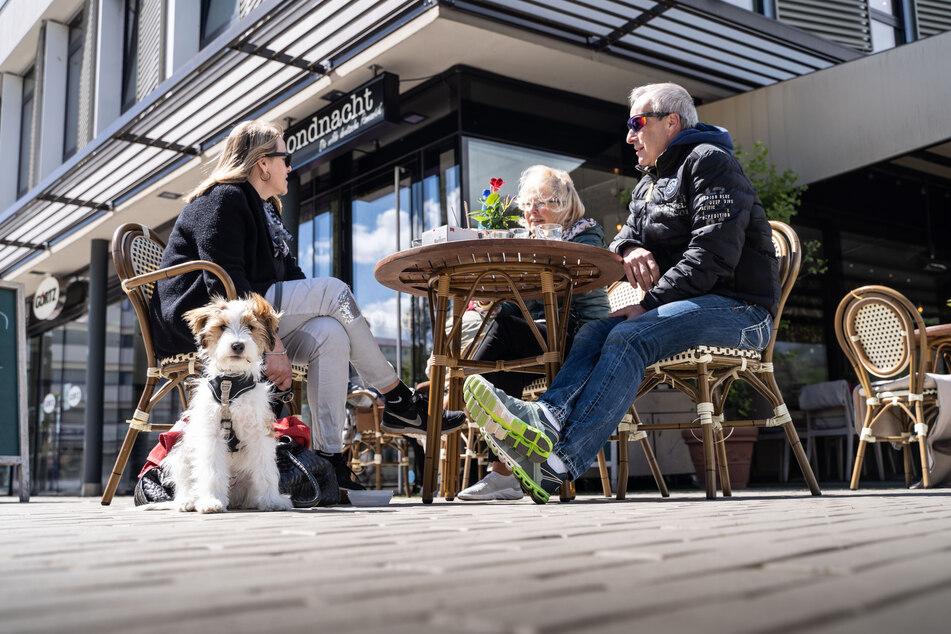 Volle Innenstädte am Wochenende? Der Gaststättenverband Dehoga rechnet damit, dass die Angebote von Restaurants und Cafés bei besserem Wetter stärker genutzt werden. (Symbolfoto)
