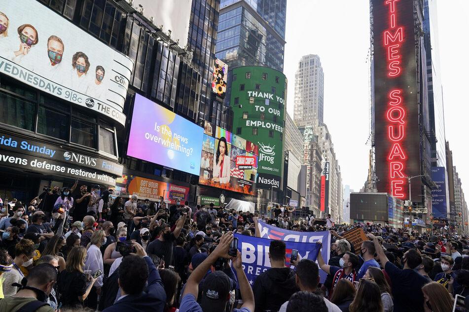 Zahlreiche Menschen feiern Bidens Sieg auf dem Times Square in new York.