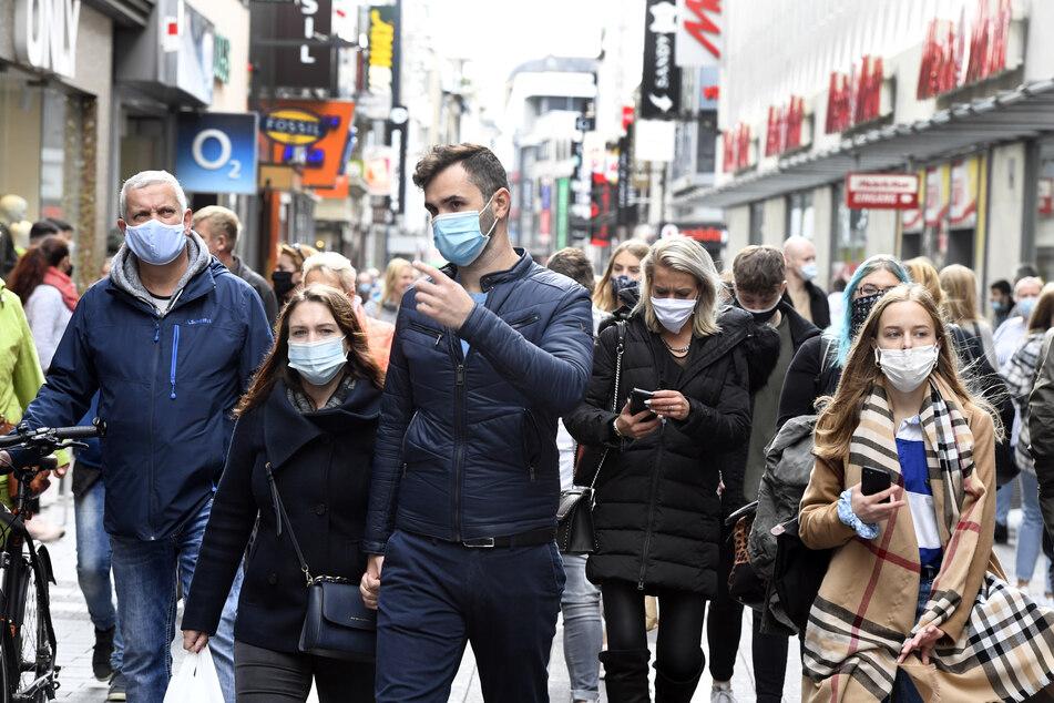 Menschen in Köln müssen in den Fußgängerzonen jetzt Masken tragen.