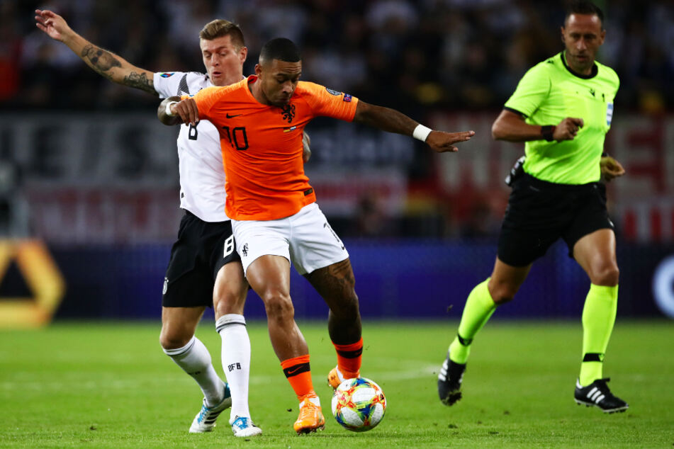 Memphis Depay für die Niederlande im Einsatz (M.) im Duell mit Deutschlands Toni Kroos (l.).