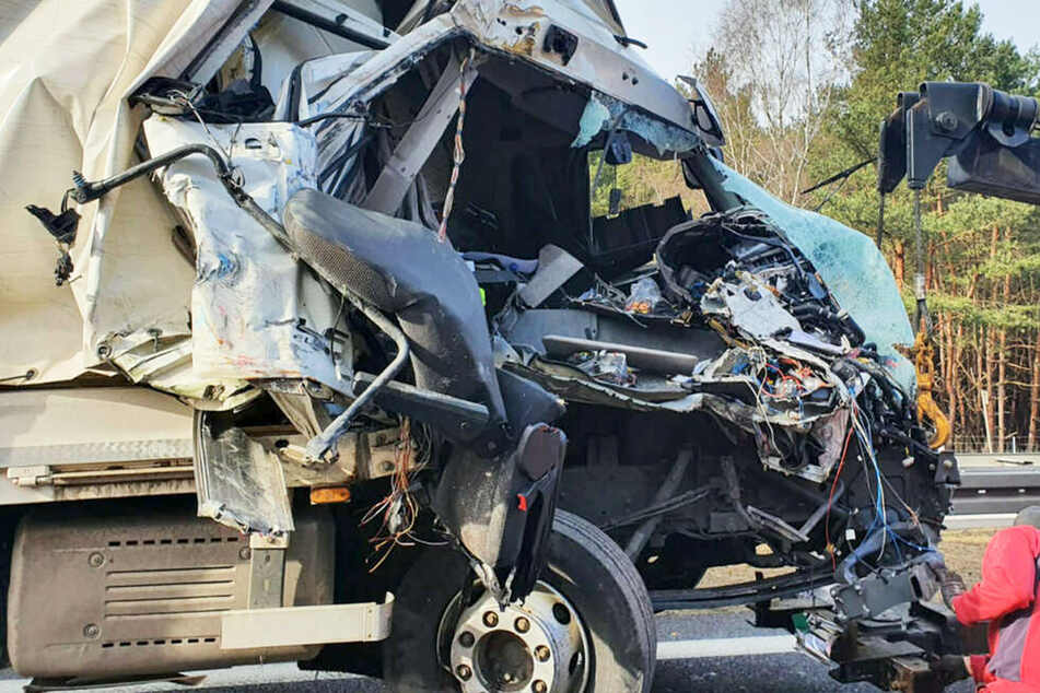 Unfall A: Laster kracht in Schilderwagen: Fahrer schwer verletzt