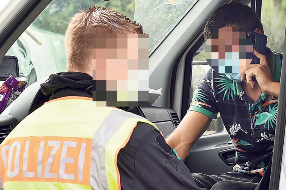 Ein rumänischer Transporter-Fahrer musste eilig telefonieren, dass er nun in der Kontrolle steht.