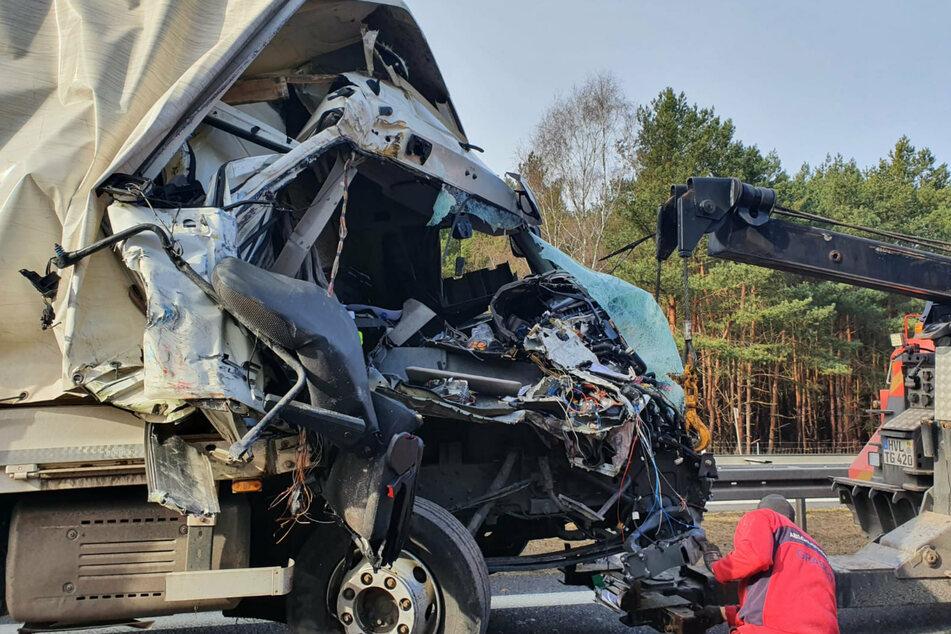 Die Front des Lkw ist zerstört.