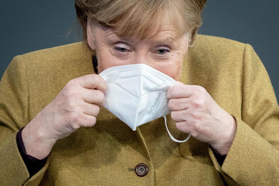 Bundeskanzlerin Angela Merkel (66, CDU) setzt in der Plenarsitzung des Deutschen Bundestages nach einer Regierungserklärung zu den Ergebnissen der Bund-Länder-Runde zur Bewältigung der Corona-Pandemie eine FFP2-Maske auf.