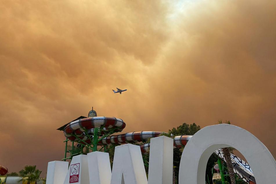 Rauch zieht über einen Hotelkomplex in der türkischen Urlaubsregion Antalya. Winde trieben die Flammen mehrerer Waldbrände in Richtung der Wohnbezirke von Side.