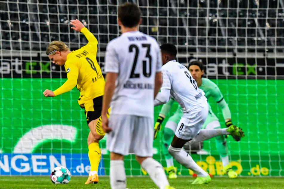 Doppelpacker Erling Haaland (l.) trifft in dieser Situation zum 2:1 für den BVB.