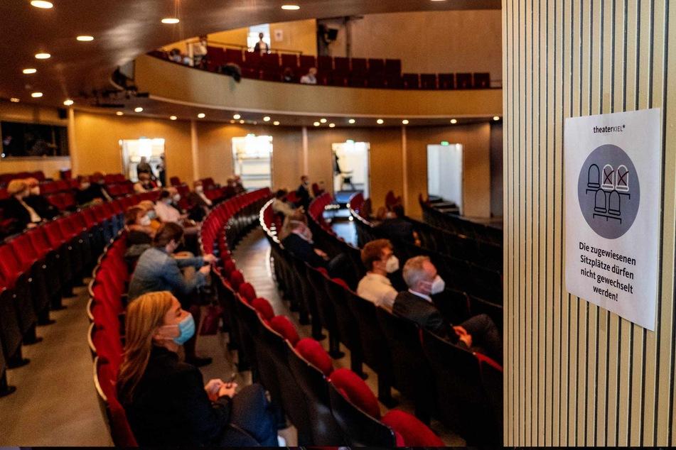 Im Kieler Opernhaus tragen die Besucher auch auf ihren Plätzen einen Mund-Nasen-Schutz. Dies ist ab heute nicht mehr nötig.