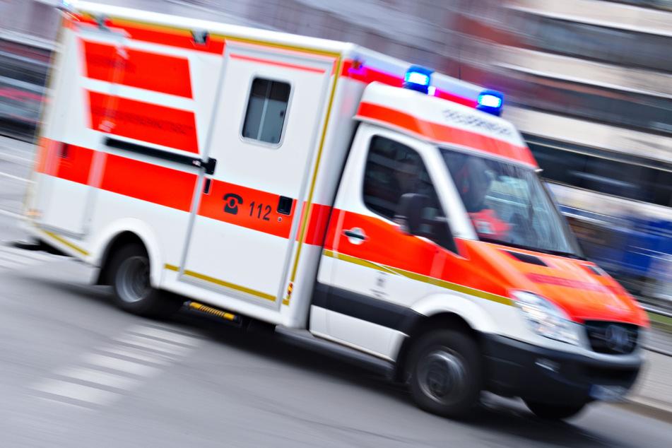Ein erst 16 Jahre alter Motorradfahrer ist bei dem Unfall mit einem Auto in Bayern schwer verletzt worden. (Symbolbild)
