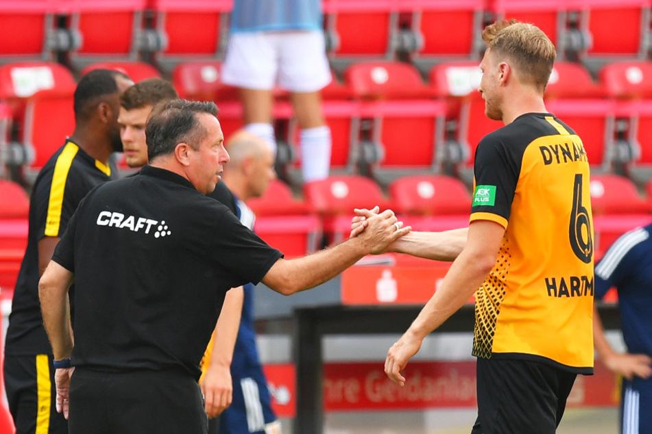 Nach der Partie klatschte Dynamo-Trainer Markus Kauczinski mit Marco Hartmann (r.) ab.