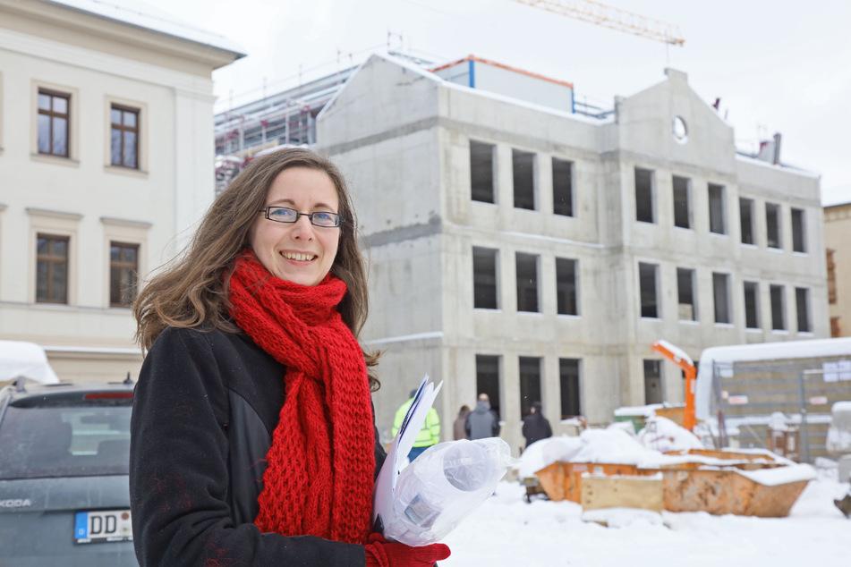 Projektleiterin Lydia Richter steht vor dem Rohbau des neuen Hochtechnologiezentrums in Zwickau.