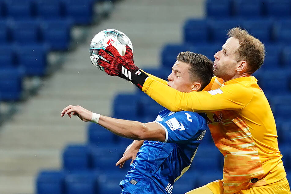 Deiner? Meiner! Péter Gulácsi hält den Ball gegen Christoph Baumgartner fest.