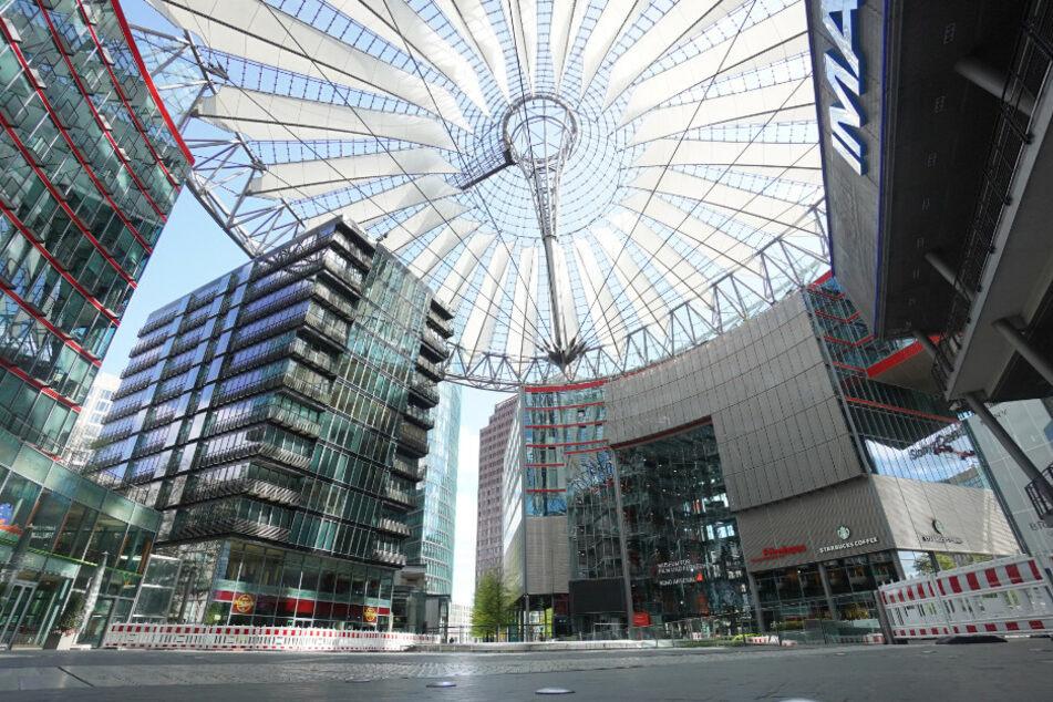 Das Sony-Center am Potsdamer Platz ist menschenleer.