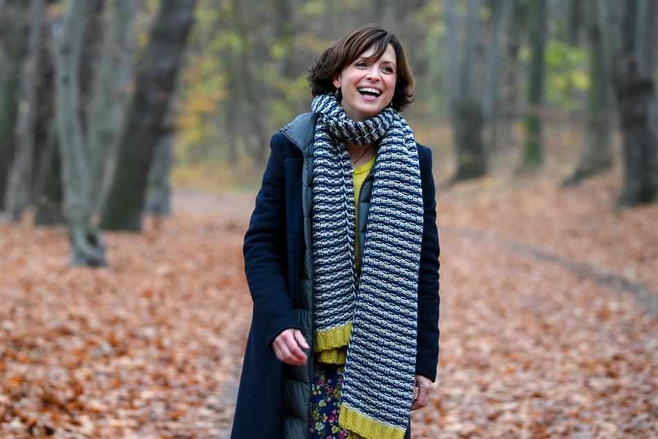 Die Schauspielerin Julia Brendler bei einem Spaziergang im Park Schönholzer Heide in Niederschönhausen.