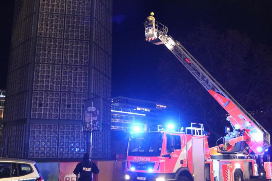 Feuerwehrleute versuchen mit einer Drehleiter an die Drohne zu kommen.