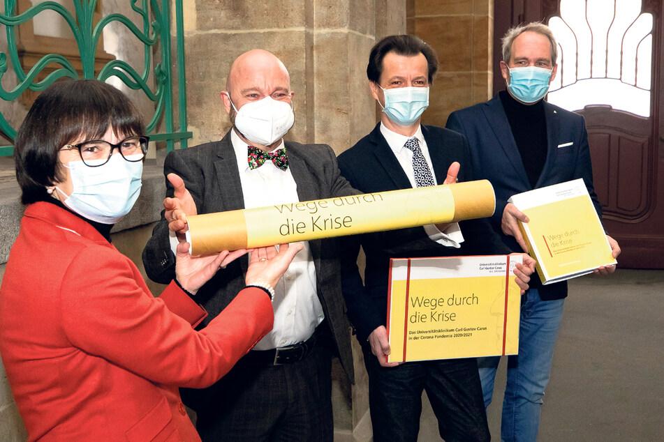 Maria Eberlein Gonska (62, l.) und Janko Haft (52, 2.v.r.) vom Uniklinikum und Michael Doerwald (56, r.) von der Agentur Ketchum haben Archivdirektor Thomas Kübler (57) Unterlagen für die Corona-Sammlung übergeben.