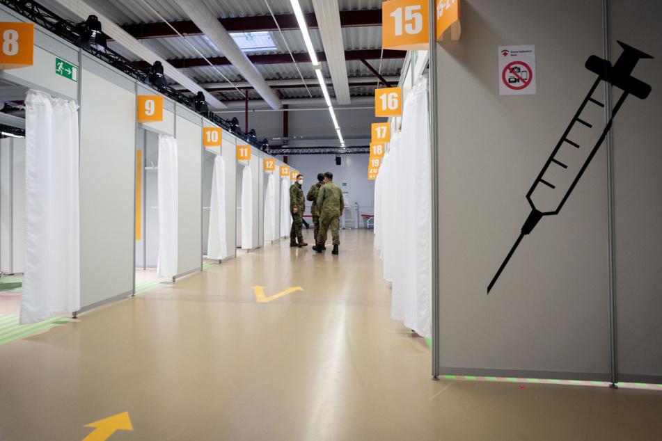 Bundeswehrsoldaten stehen im vierten Impfzentrum in Berlin, das im Terminal C des ehemaligen Flughafens Tegel gelegen ist.
