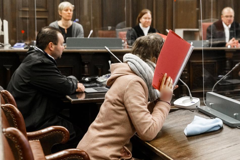 Die 37-jährige Angeklagte (vorne) wurde verurteilt.