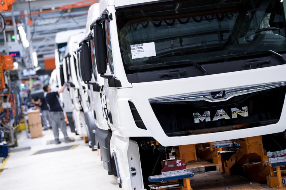 Mitarbeiter von MAN Truck & Bus arbeiten in einer Produktionsstraße in München. (Archiv)