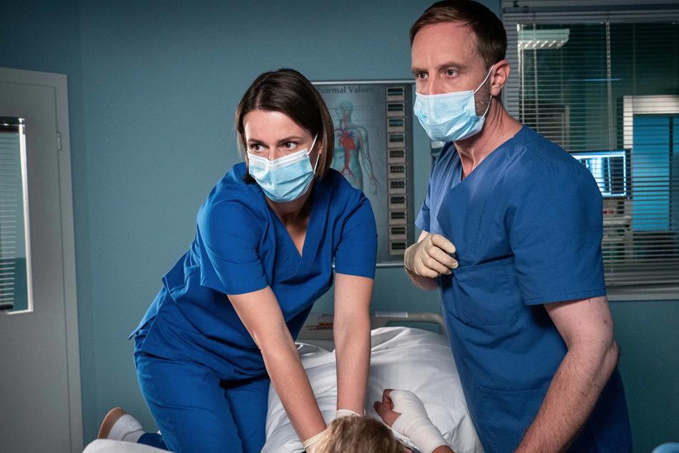 Dr. Maria Weber und Dr. Kai Hoffmann versuchen alles, um Mick Mohnhaupt zu helfen.