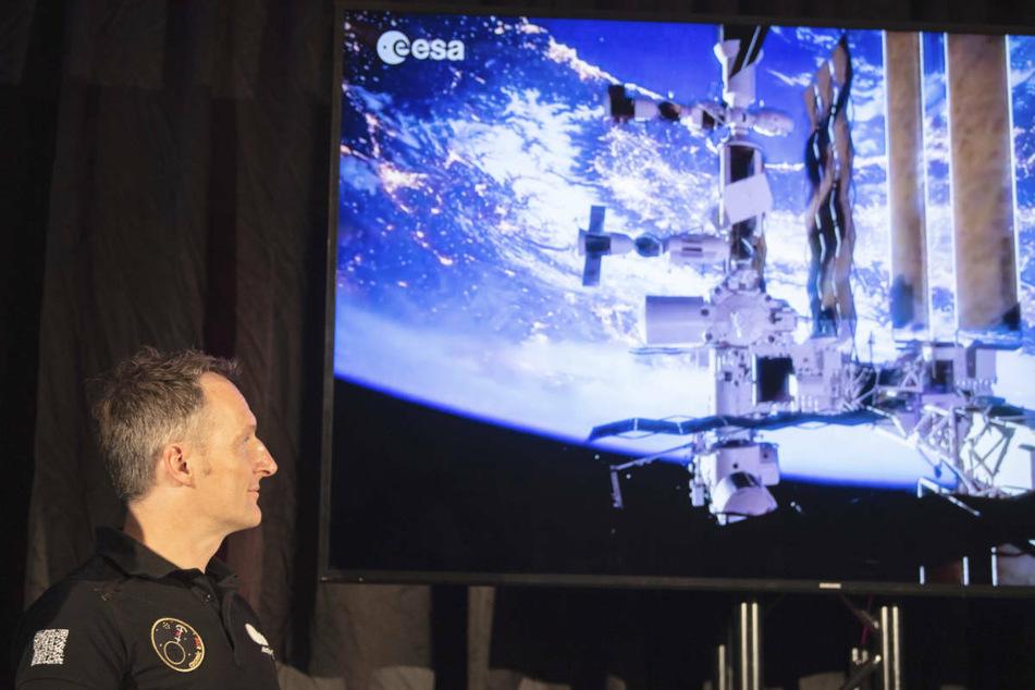 """Matthias Maurer, ESA-Astronaut steht während einer Pressekonferenz des """"World Club Dome"""" in einem Hotel in Frankfurt."""