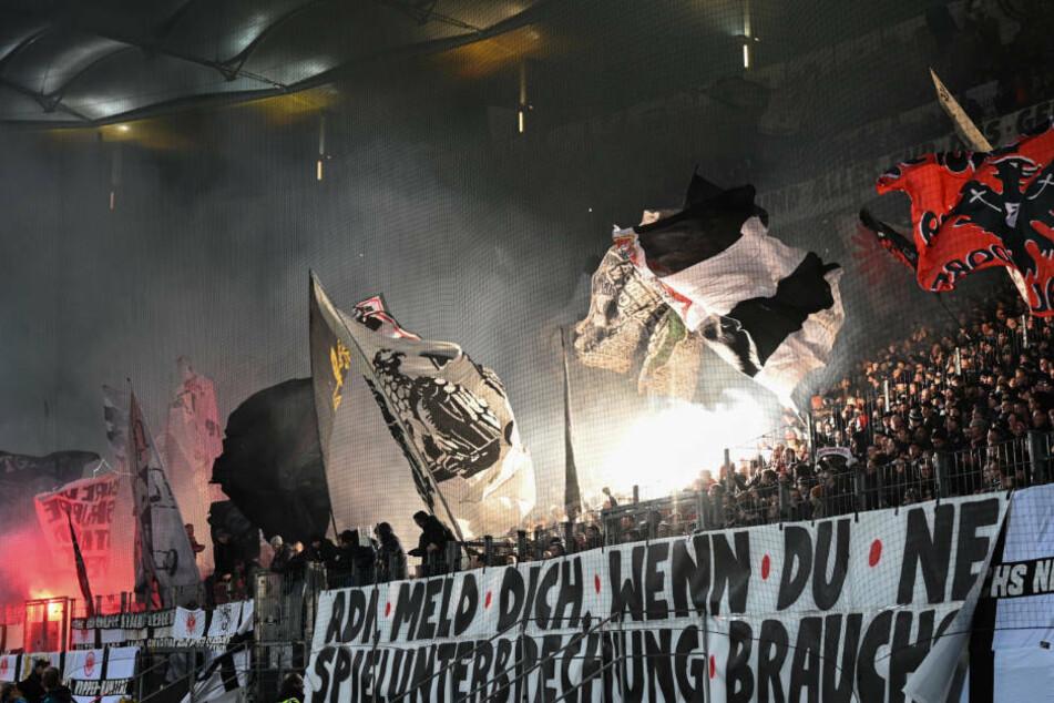 Mit kreativen und witzigen Spruchbändern haben die Eintracht-Fans ihren Unmut über DFB und DFL geäußert.