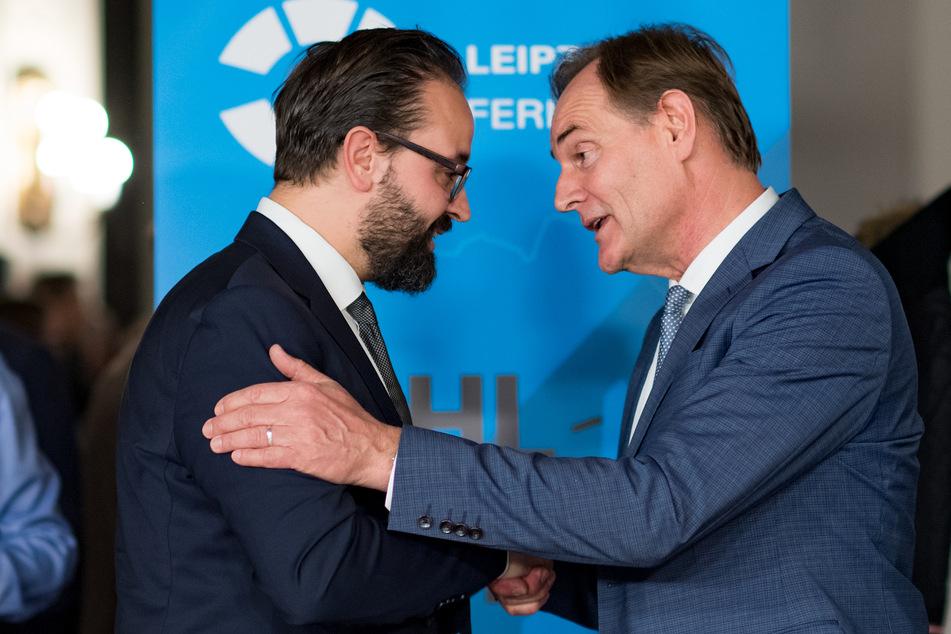 Burkhard Jung (61, SPD, r.) hat seinen Posten als Leipzigs Oberbürgermeister knapp vor Herausforderer Sebastian Gemkow (41, CDU) verteidigt.
