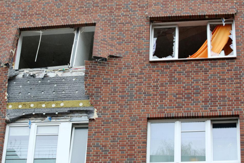 Die Wucht der Explosion zerstörte Fenster und Fassade eines Mehrfamilienhauses in Hamburg.