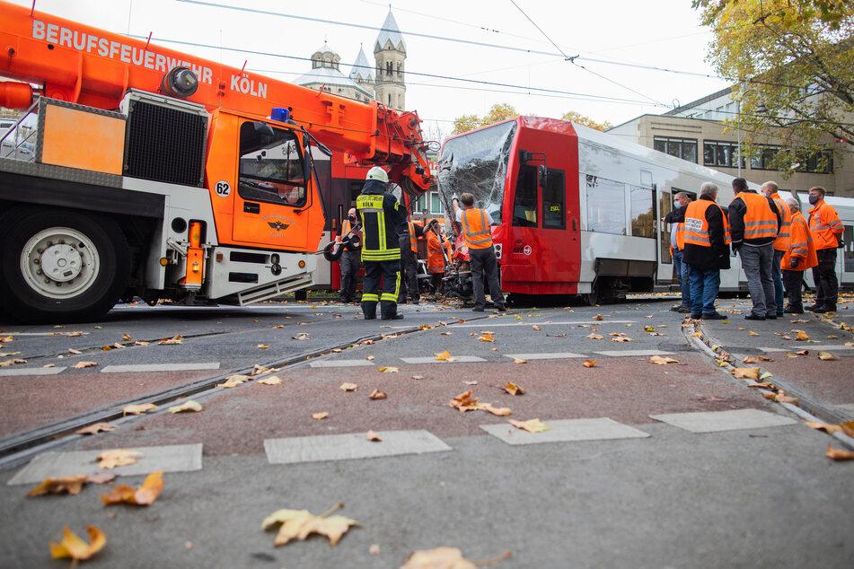 Eine Straßenbahn wird nach einer Kollision am Neumarkt mit einem Kran ins Gleisbett gehoben.