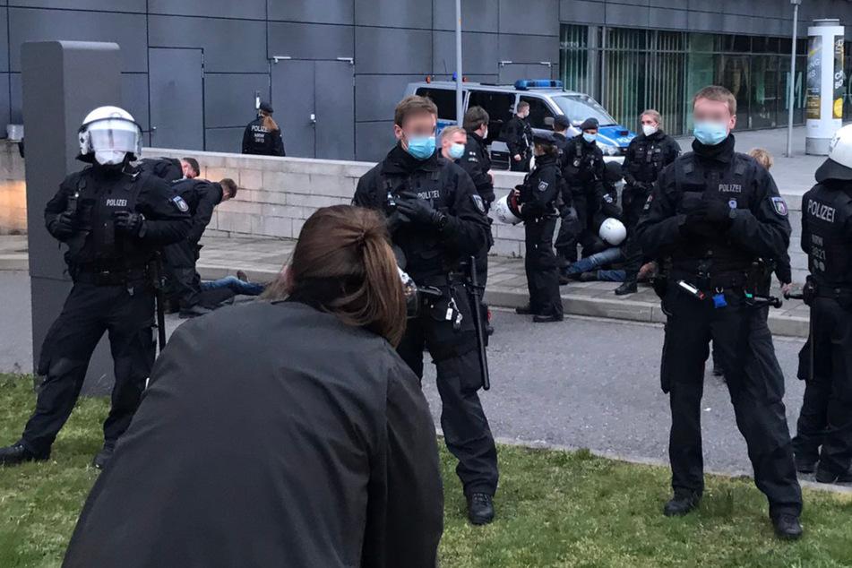 """Dresden: Nach Verbot der """"Querdenker""""-Demo: Journalisten angegriffen, drei Personen festgenommen!"""