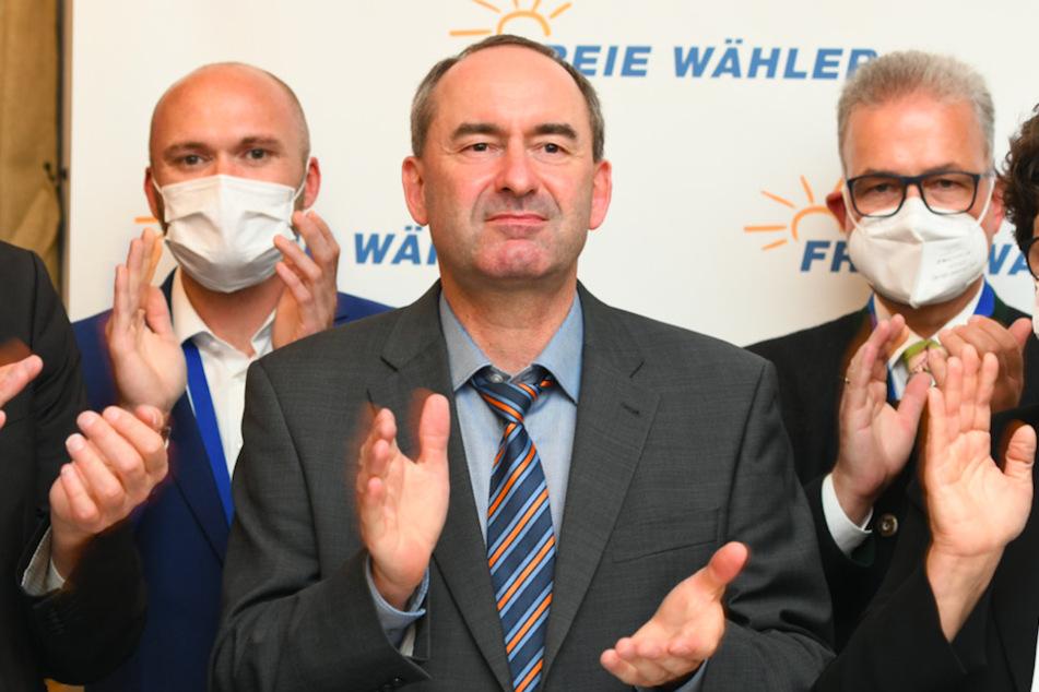 Freie-Wähler-Chef Hubert Aiwanger (50, M.) applaudiert auf einer Wahlparty seiner Partei.