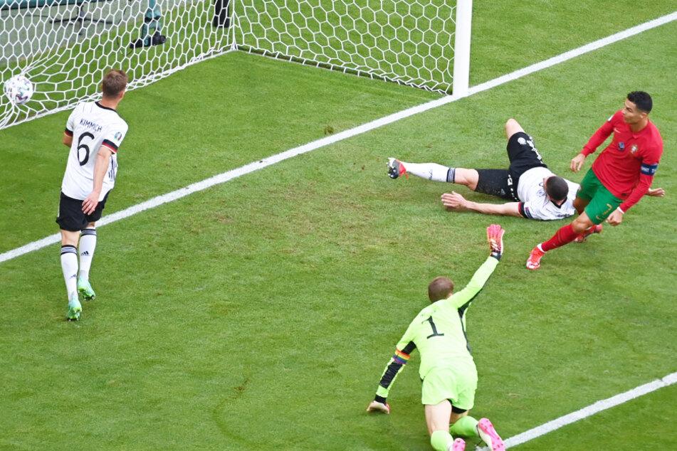 Cristiano Ronaldo (r.) schiebt aus Nahdistanz zur portugiesischen Führung ein. Es war sein erstes Tor überhaupt gegen Deutschland, dementsprechend groß war der Jubel des Weltstars.