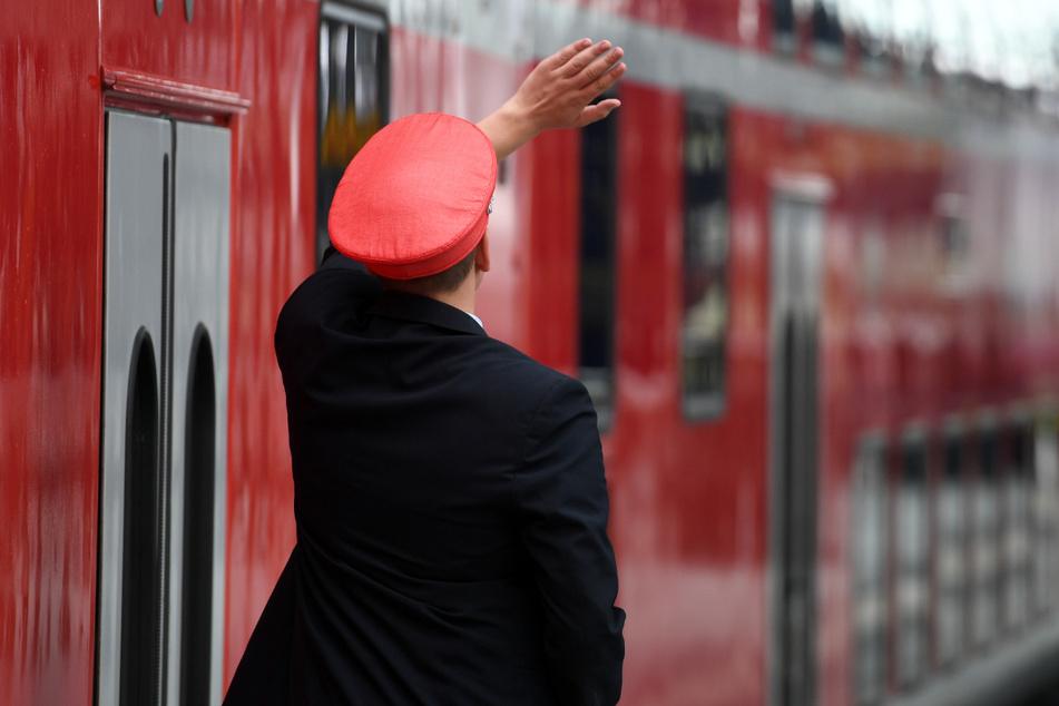 Das Bahnpersonal hatte den Mann versehentlich in einem Zug eingesperrt. (Symbolbild)