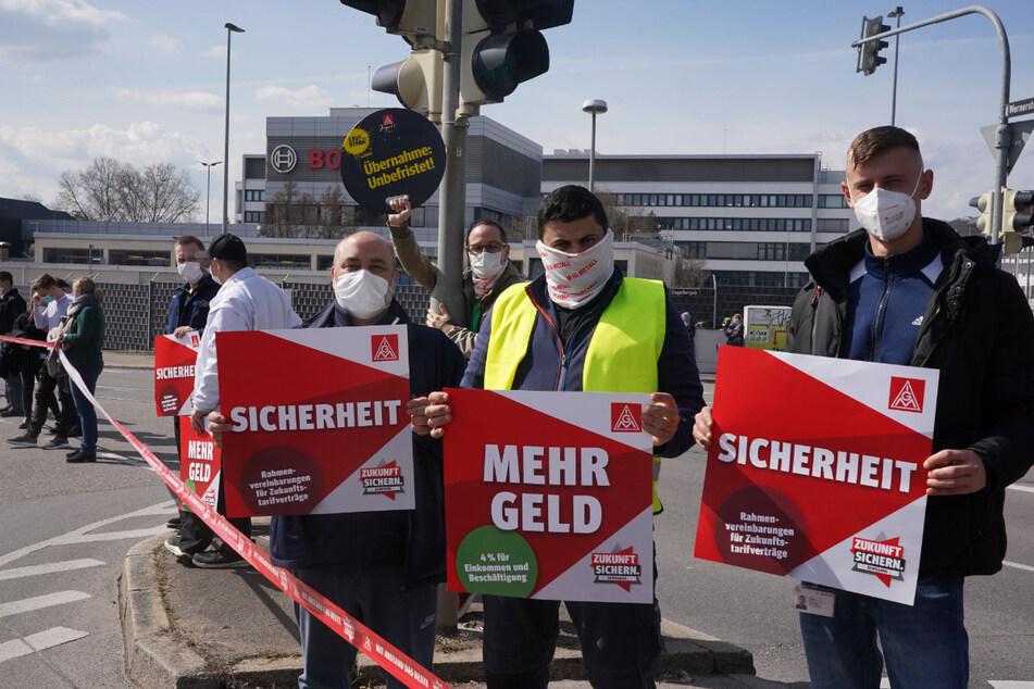 """""""Mehr Geld"""" und """"Sicherheit"""" fordern diese Metaller am Donnerstag in Stuttgart."""